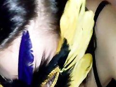 Жена в маске сосет член крупным планом