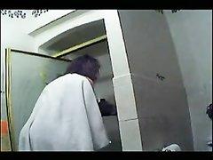 Подглядывание за молодой девушкой в ванной после душа