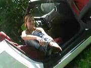 Нимфоманка трахает себя ручкой коробки передач в автомобиле