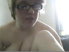 Пухлая привлекательная студентка интенсивно мастурбирует