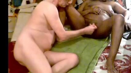 Муж бреет киску своей жене