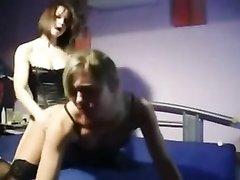 Две студентки лесбиянки трахаются при помощи страпона