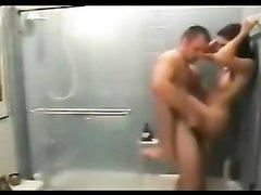 Интенсивный домашний секс стоя под душем