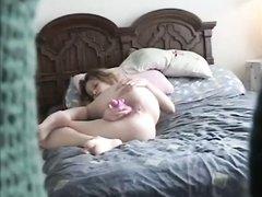 Подглядывание за мастурбирующей студенткой на кровати