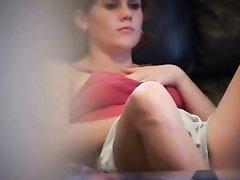 Студентка мастурбирует на диване не зная что ее снимает скрытая камера