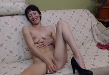 Мастурбация зрелой сексапильной домохозяйки