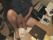 Мамаша удовлетворяет себя вибратором в офисе на рабочем месте