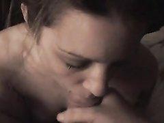 Девушка послушно ждет, пока парень не кончит ей в рот