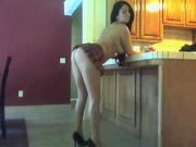 Уже не молодая домохозяйка танцует голой и потрясно трясет попкой