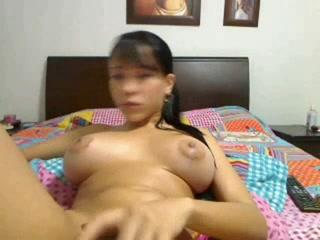 Фотомодель с большими силиконовыми сиськами показательно мастурбирует перед вебкамерой