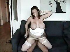 Зрелая грудастая мамаша трахнута раком на диване
