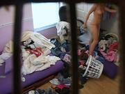 Студентка переодевается в грязной комнате - скрытая камера