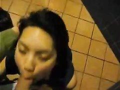 Азиатская проститутка сосет белый член в общественном туалете
