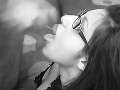 Студентка в очках из Венгрии сосет большой член