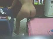 Девушка оседлала перила своей кровати на скрытую камеру