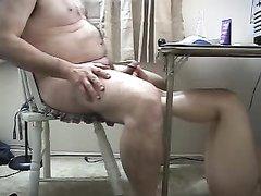 Жена сосет мужу под столом