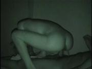 Скрытая камера ночного видения показывает молодых студентов занимающихся сексом