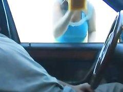 Грудастая проститутка сосет член через окно в машине