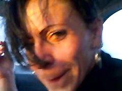 Проститутка согласилась отсосать в машине