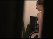 Подглядывание за девушкой без лифчика, которая пылесосит квартиру
