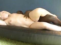 Негр снимает свой жесткий секс с белой проституткой