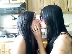 Две черноволосые любовницы целуются на кухне
