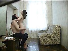 Зрелый русский мужчина и его молодая любовница студентка на скрытую камеру