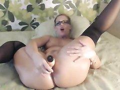 Симпатичная девушка в очках в двойной мастурбации перед вебкамерой