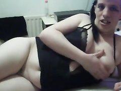 Уродливая женщина мастурбирует вибратором