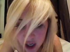 Красивая блондинка очень старается при съемке домашнего порно