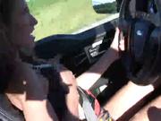 Девушка мастурбирует во время вождения
