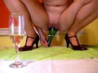 Домохозяйка трахает себя бутылкой шампанского