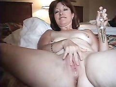 Моя зрелая жена трахает свою попку при помощи дилдо