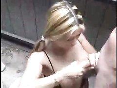 Девушка руками помогает парню кончить ей в рот