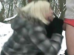 Любительский анальный секс стоя на снегу
