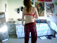 Красивая рыжеволосая студентка танцует любительский стриптиз