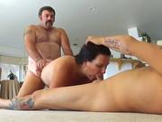 Одна женщина трахнута двумя мужчинами на полу