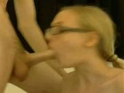 Красивая студентка в очках долго сосет огромный член перед вебкамерой