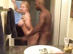 Секс с негром стоя перед зеркалом