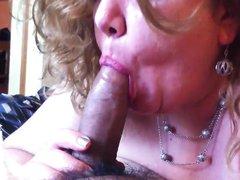 Зрелая полная дама старательно сосет черный член