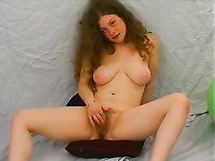 Реальная любительница с волосатой киской раздевается и мастурбирует