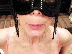 Зрелая дама в маске отлично сосет член и играет со спермой