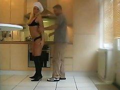 Блондинка повариха трахнута на кухне