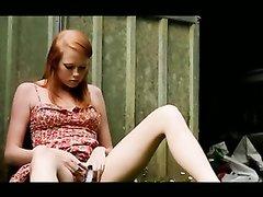 Милая рыжая студентка нежно мастурбирует на траве