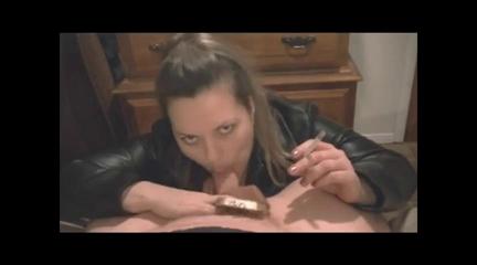 Зрелая курящая домохозяйка сосет член и курит