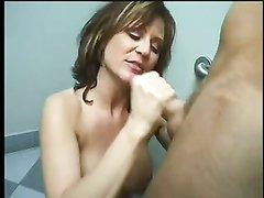 Минет от проститутки в туалете на заправочной станции