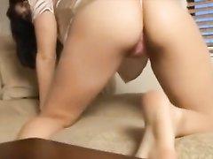 Девушка на кровати трясет своей роскошной попкой