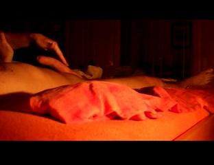 Жена нежно дрочит мужу перед сном