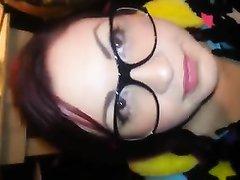 Милая девушка эмо в очках сосет член
