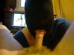 Жена в маске на всю голову сосет член